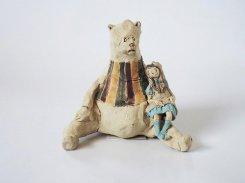 なかよし -くまさん- 【にしだ みき ・陶芸】少女を抱っこしたおおきなくまさんの陶器の人形