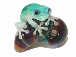 勾玉 (マガタマ) 七 【 kengtaro ケンタロー 】 勾玉とカエル ボロシリケイトガラス 職人 作家 蛙 かえる フロッグ 一点 カラフル 芸術 個性的