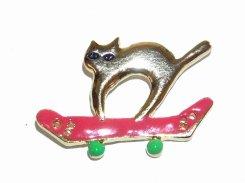 スケボーネコ ビンブローチ  【 Luccica / ルチカ 】 【 メール便 送料無料 】 猫 アクセサリー ネコ キャット 動物 個性的 カワイイ キュート ユル おしゃれ のんびり