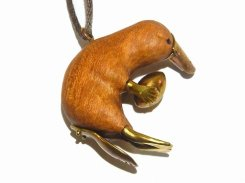卵持ちのカモノハシ3 ネックレス (木&真鍮) 【 馴鹿 / Jun-Roku 】 かわいい ウッド 樹 木 動物 アニマル どうぶつ かものはし カモノハシ 真鍮 卵 たまご