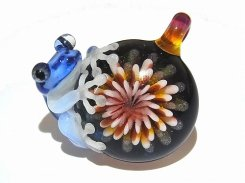 Flower (弐)【 kengtaro / ケンタロー 】ペンダントトップ  カエル ボロシリケイトガラス 職人 作家 蛙 かえる フロッグ モチーフ カラフル 芸術 個性的 かわいい 花