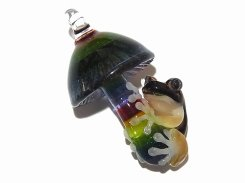 Frog on a Mushroom 八【 kengtaro ケンタロー 】 ネコメガエル ボロシリケイトガラス 職人 作家 蛙 かえる フロッグ 菌 きのこ アクセサリー ペンダントトップ おしゃれ