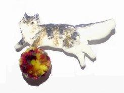 猫とカラフルボールのブローチ【 Luccica ルチカ 】 ねこ キャット アニマル 毛糸 丸い かわいい おもしろ 個性的 プレゼント