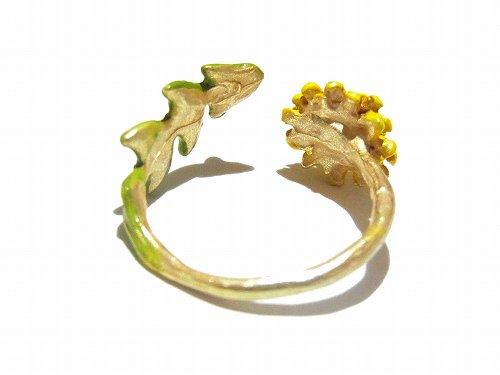 元気な黄色のタンポポのリング。とっても生命力の強い植物です。