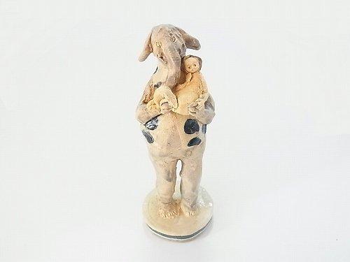 ゾウにだっこ  【にしだ みき ・陶芸】少女を抱っこする象(ぞう)の陶器の人形