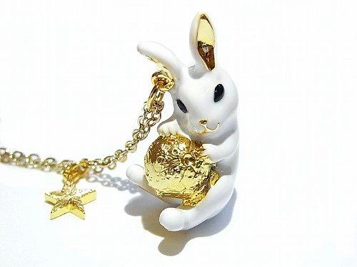 月を抱っこしたミルキーラビット ネックレス 【KAZA/カザ】【ゆうメール送料無料】うさぎ 兎 ウサギ アクセサリー 動物 ホワイト ムーン ルナ アニマル かわいい