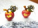 毒りんご ピアス (樹脂フック) 【Wadou-koubou/和道工房】林檎 アップル リンゴ フルーツ 果物 アクセサリー ポイズン メルヘン かわいい 白雪姫 絵本 童話 おしゃれ