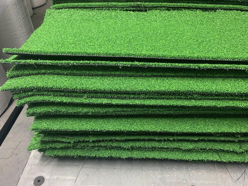 [★端切れSALE★]高密度人工芝チップイングリーン(カットしたままの端切れ1枚です。自作マットの材料などに)の画像