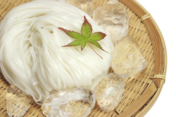 【G-35】贈答用 稲庭うどん 紙化粧箱入り 山菜瓶詰め付き 6〜8人前