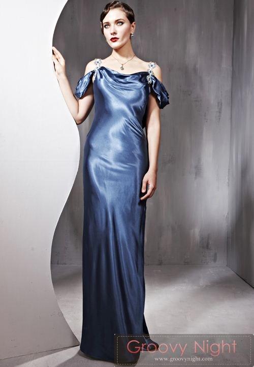 肩のストラップと生地の質感が素敵なロングドレス♪