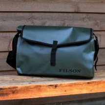 <img class='new_mark_img1' src='//img.shop-pro.jp/img/new/icons50.gif' style='border:none;display:inline;margin:0px;padding:0px;width:auto;' />FILSON フィルソン DRY MESSENGER ドライメッセンジャー アメリカ製 グリーン