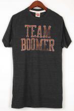 <img class='new_mark_img1' src='https://img.shop-pro.jp/img/new/icons29.gif' style='border:none;display:inline;margin:0px;padding:0px;width:auto;' />【HOMAGE】オマージュ チームブーマー Tシャツ ブラック TEAM BOOMER Tshirt Black