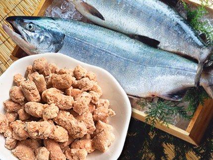 犬猫の手作りご飯のトッピングにおすすめの生魚「鮭骨ごとパラパラミンチ」