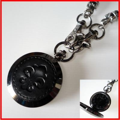 ★レザータッチがおしゃれ。ハードテイストの懐中時計(ゆりの紋章)