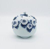 平戸菊花飾染付三つ足香炉