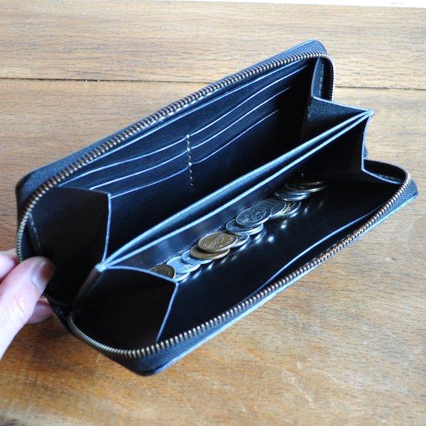 10cf754db9d9 上質な栃木レザーを使用したパッチワーク風で手の込んだ財布です。 お色は赤茶ミックス、黒緑ミックスの配置はランダムで制作させていただきます。