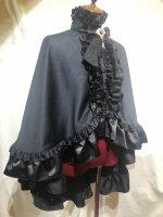 【MARBLE】マーブル ヴァンパイアタイ付き立ち襟フリルマント:黒×黒白ストライプ