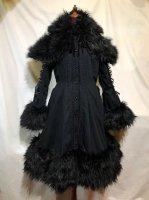 【MARBLE】マーブル ファーケープ付き袖編みあげバッスルコート:黒×毛足長黒ファー