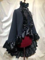 【MARBLE】マーブル ヴァンパイアタイ付き立ち襟フリルマント:濃紺×黒