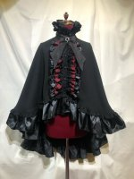 【MARBLE】マーブル ヴァンパイアタイ付き立ち襟フリルマント:黒×赤黒チェック