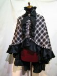 【MARBLE】マーブル ヴァンパイアタイ付き 立ち襟フリルマント   黒赤チェック×黒