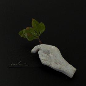 [warabino tomoko] お花を持つ手のブローチ