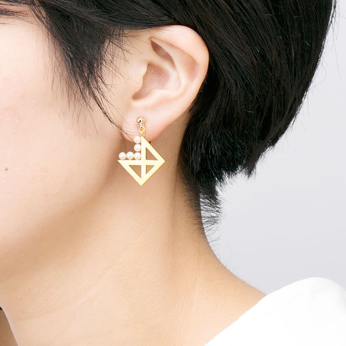 5 Pearls on Metal Plate Earrings -Square 45°(パールと四角メタルプレートのイヤリング)