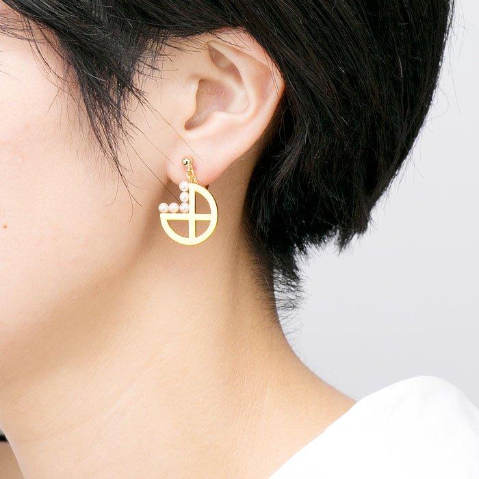 5 Pearls on Metal Plate Earrings -Hoop(パールと丸いメタルプレートのイヤリング)