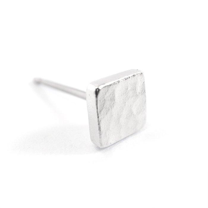 Tiny Square Posts(とても小さな四角形モチーフピアス)