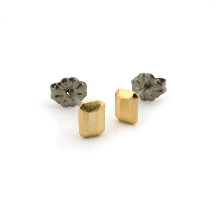 エメラルドカットの金属製の宝石のピアス