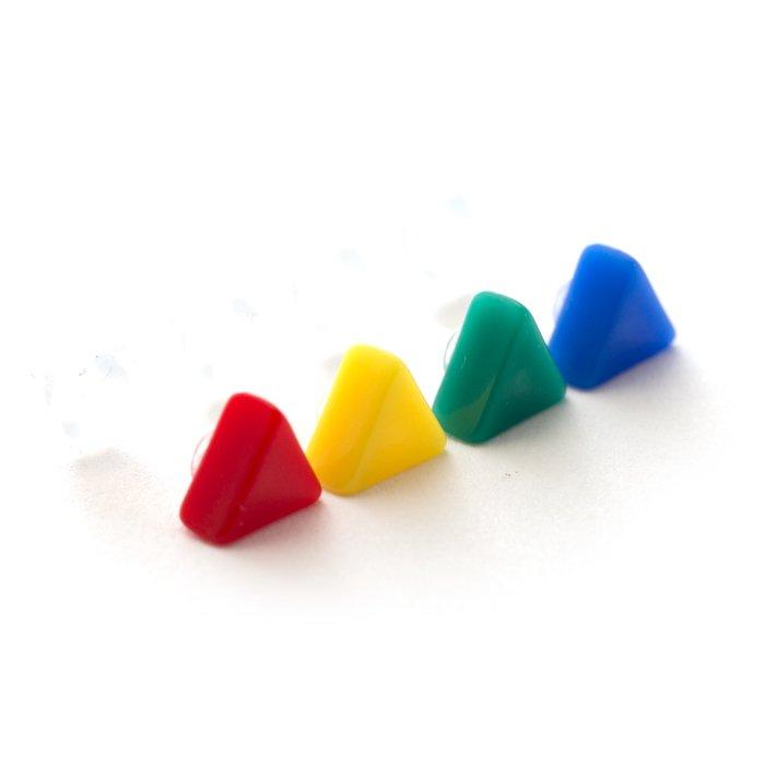 カラフルなアクリルの三角形のピアス