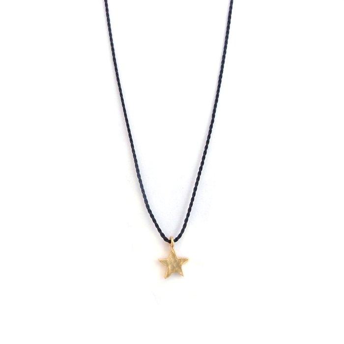 鎚目テクスチャの星モチーフにシルクの紐を合わせたネックレス