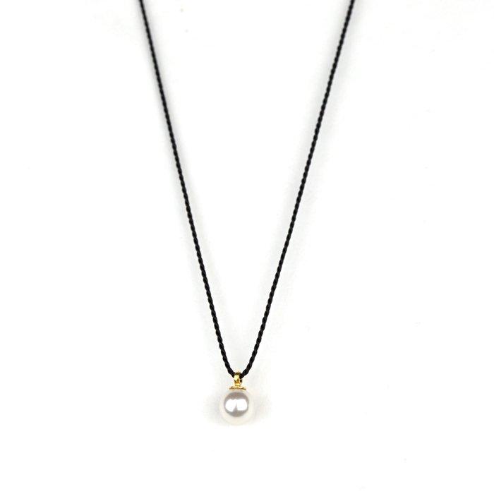 小さなパールのシルク紐のネックレス