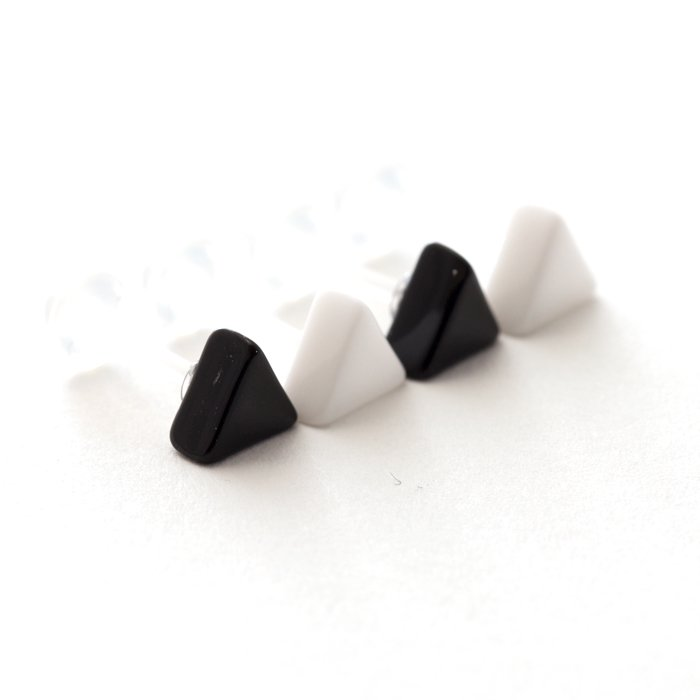 Toy Color Posts - Triangle - monotone (トイカラーピアス - トライアングル - モノトーン)
