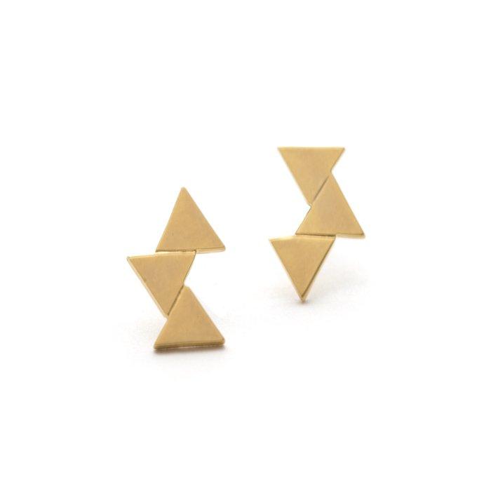 幾何学的なトライアングルモチーフのピアス