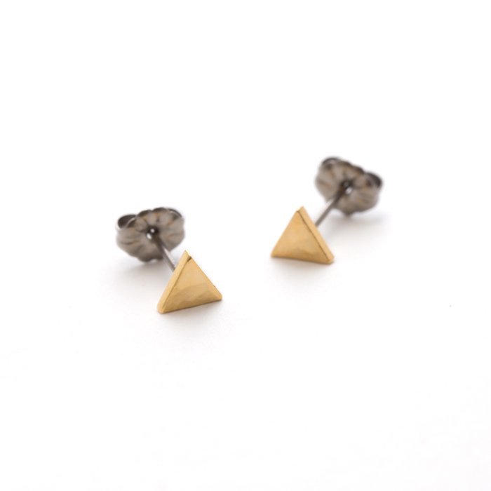 とても小さな三角形のピアス