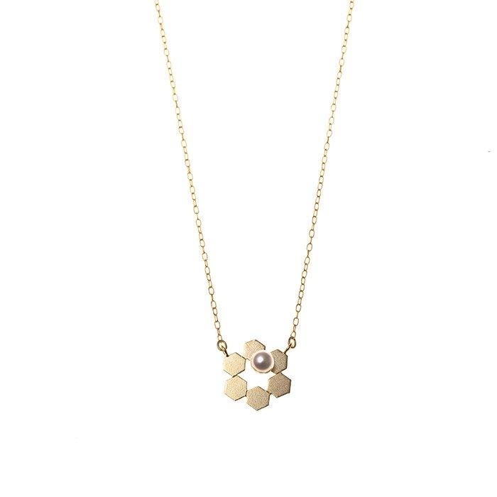 六角形を合わせた花のようなデザインのネックレス