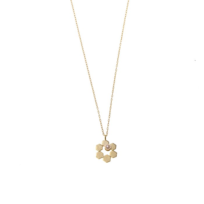 小さめの六角形を合わせた花のようなデザインのネックレス