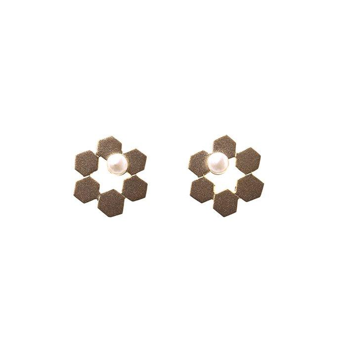 小さめの六角形を合わせた花のようなデザインのピアス