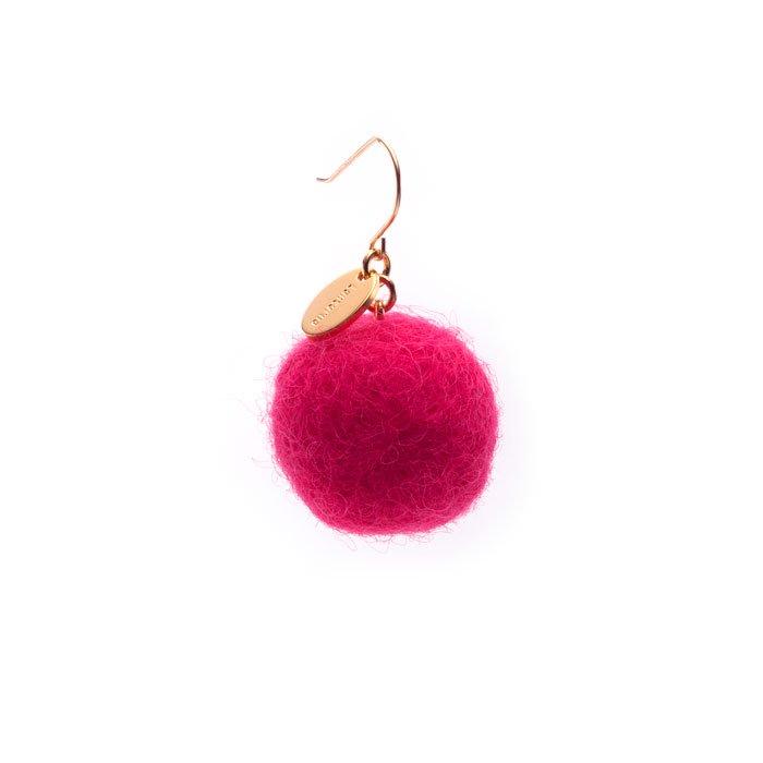 ピンクのフェルトボールピアス