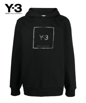 <img class='new_mark_img1' src='https://img.shop-pro.jp/img/new/icons5.gif' style='border:none;display:inline;margin:0px;padding:0px;width:auto;' />Y-3 SQUARE LABEL GRAPHIC HOODIE / ブラック [GV6056]