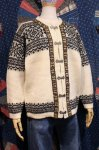 <img class='new_mark_img1' src='https://img.shop-pro.jp/img/new/icons43.gif' style='border:none;display:inline;margin:0px;padding:0px;width:auto;' />70'S Nordstrikk WOOL NORDIC CARDIGAN (O.WHT/BLK)