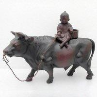 金属製・牛に乗る子ども・置物