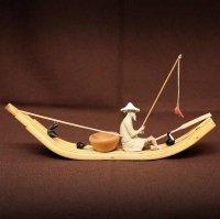 筏の上の釣り人・人形・置物