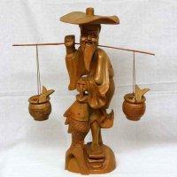 木製・釣り人・魚を運ぶ老人・置物