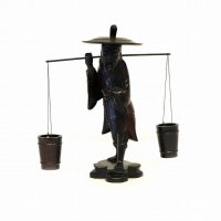 木彫・置物・天秤棒を担ぐ老人