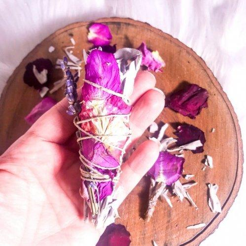 ミニラブバンドル(ホワイトセージ・ローズ・ラベンダー・季節の花とハーブ)