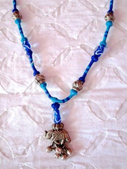 Sadhna 象と鈴のペンダントネックレス (光沢のある糸で編込みされたハンドメイドアクセサリー)
