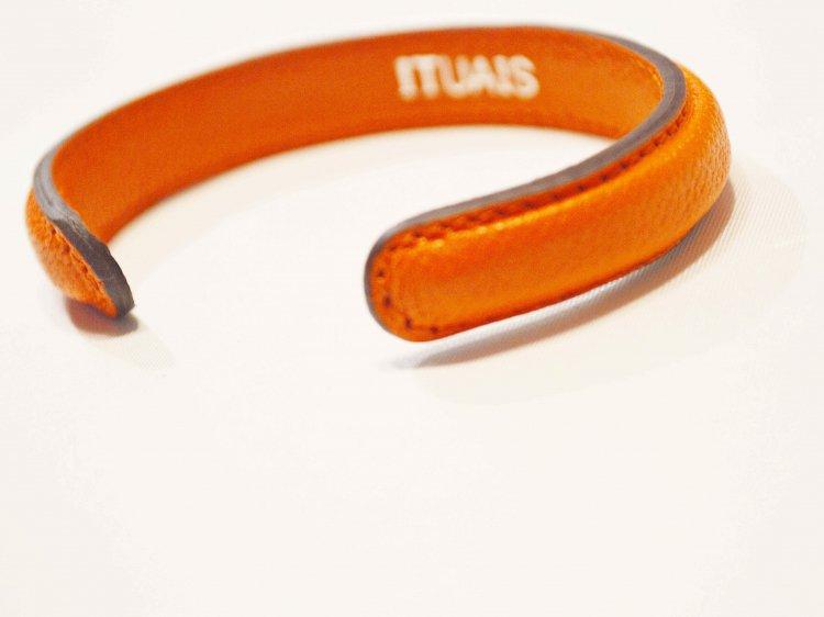 Chevre Bangle 【Orange】 / ITUAIS<img class='new_mark_img2' src='https://img.shop-pro.jp/img/new/icons1.gif' style='border:none;display:inline;margin:0px;padding:0px;width:auto;' />