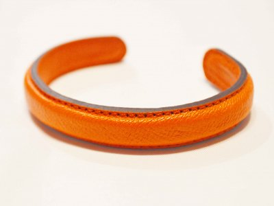 Chevre Bangle 【Orange】 / ITUAIS<img class='new_mark_img2' src='https://img.shop-pro.jp/img/new/icons1.gif' style='border:none;display:inline;margin:0px;padding:0px;width:auto;' />